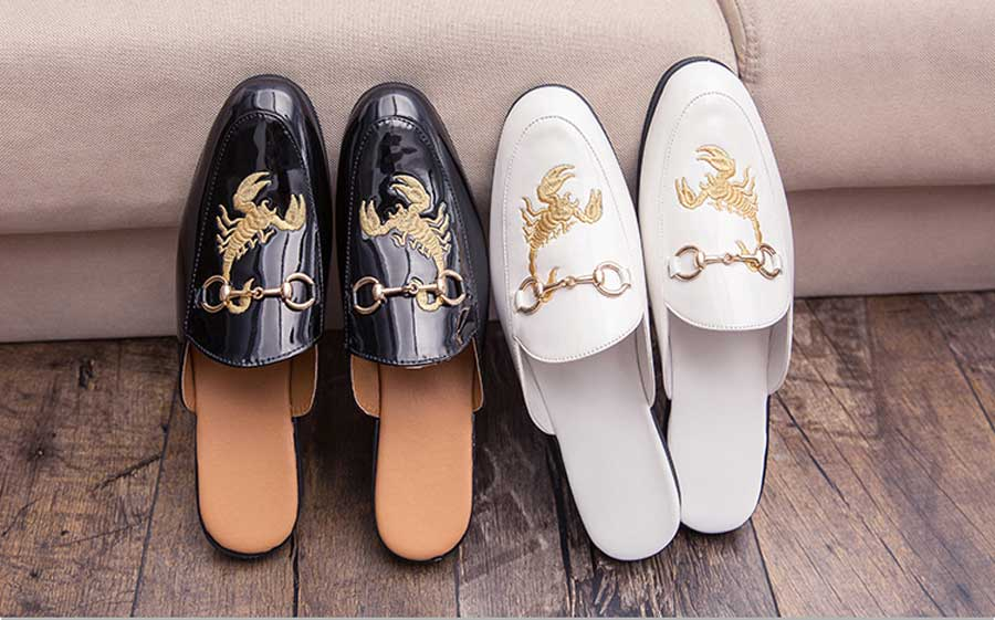 Men's metal buckle scorpion print leather slip on shoes